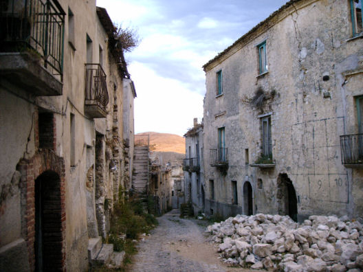 Paesi fantasma e borghi abbandonati d 39 italia for Disegni di case abbandonate