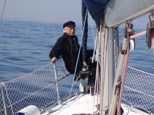 Cataldo Gigantesco in mare sulla sua barca giudice