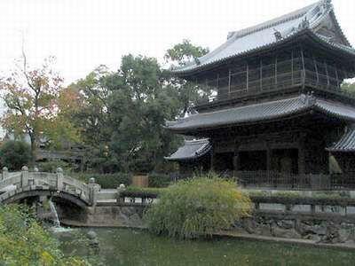 Fukuoka, Shofukuji, il padiglione Sanmon si riflette nelle acque di un piccolo stagno