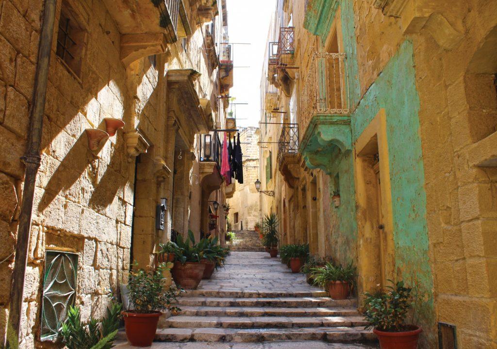trasferirsi sull'isola di malta