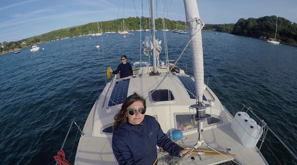 Mollano tutto per vivere in barca a vela: la storia di Elena e Ryan