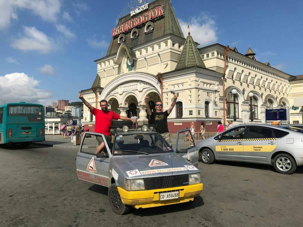 Il giro del mondo a bordo di una Fiat Uno: l'impresa del Team 241