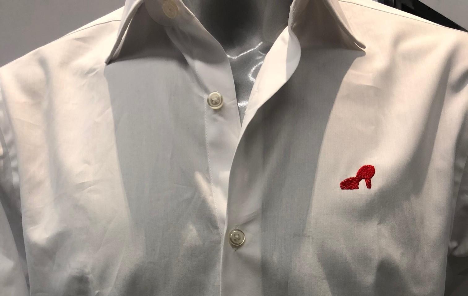 Una camicia con la scarpa rossa per dire no alla violenza sulle donne: l'iniziativa a Verona